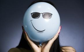 Обои девушка, улыбка, очки, воздушный шарик