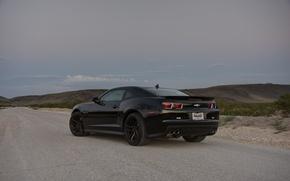 Картинка дорога, трава, чёрный, склон, wheels, шевроле, black, camaro, вид сзади, chevrolet, камаро, zl1, чёрные диски, ...