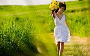 Обои зелень, трава, девушка, радость, цветы, свежесть, природа, улыбка, ситуации, обои, настроения, позитив, желтые, платье, брюнетка, ...