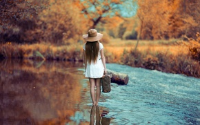 Картинка девушка, река, путь, шляпа, платье.чемодан