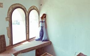 Картинка девушка, лицо, дом, стены, платье