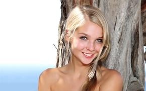 Обои блондинка, лицо, улыбка, плечи