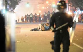 Обои парень, дорога, агрессия, беспорядок, город, девушка, страсть, полиция, поцелуй