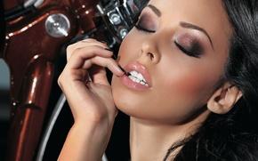 Картинка девушка, лицо, модель, волосы, playboy, брюнетка, губы, мотоцикл, Украина, сексуальная, Юлия Бричковская
