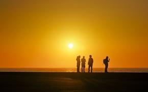 Обои море, оранжевое небо, люди, силуэт, солнце