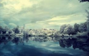 Обои зима, иней, облака, снег, деревья, озеро, пасмурно
