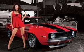 Обои Девушки, Брюнетка, мускул кар, в красном, улыбается, смотрит в камеру, Красивая девушка, стоит возле красного ...