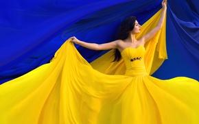 Обои синий фон, девушка, ткань, танец, жёлтое, платье