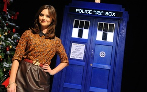 Картинка девушка, улыбка, милая, юбка, актриса, блузка, будка, красивая, синяя, Doctor Who, Доктор Кто, ТАРДИС, TARDIS, …