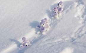 Картинка зима, снег, полоски, одежда, игрушки, искры, сугробы, тени, белые, мишки, шапочка, свитер, межвежата, симпатяги