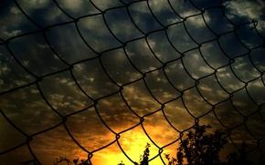 Картинка закат, сетка, забор
