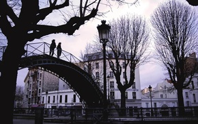 Картинка мост, город, люди, фонари, парочка