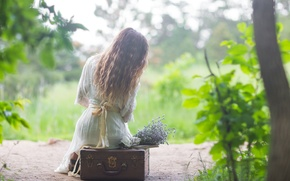 Картинка девушка, волосы, чемодан, сидит