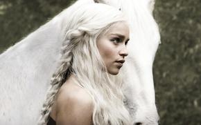 Обои Игра престолов, Emilia Clarke, Daenerys Targaryen, актриса, Game of Thrones, волосы, девушка, лошадь, Кхалиси