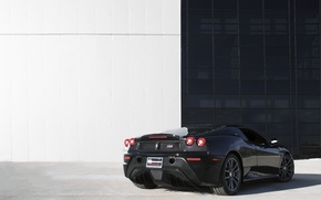 Картинка чёрный, здание, окна, ferrari, феррари, black, задок, белая стена, ф 430 скудерия, f430 scuderia