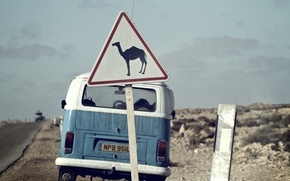 Картинка знак, верблюд, Volkswagen Transporter, дорога, Volkswagen, пустыня, сзади, небо, облака