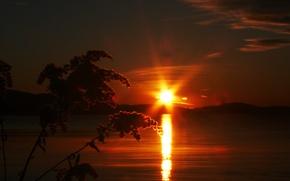 Картинка небо, солнце, облака, закат, горы, озеро, растение