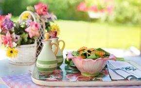 Обои лето, цветы, стол, еда, ваза, миска, вилка, салфетка, поднос, салат, специи