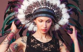 Картинка девушка, лицо, перья, татуировки, головной убор