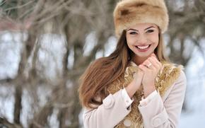 Картинка зима, взгляд, девушка, снег, лицо, улыбка, настроение, шапка, руки, перчатки, мех, пальто