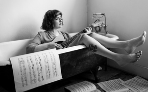 Картинка девушка, ноты, музыка, гитара, ванна