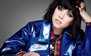 Картинка стиль, фон, макияж, брюнетка, куртка, прическа, фотограф, певица, синяя, канадская, Carly Rae Jepsen, Elle, 2015, …
