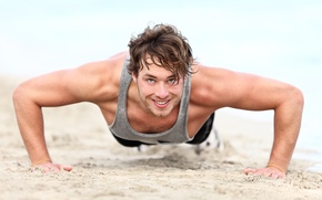 Картинка песок, пляж, улыбка, мужчина, мускулы, отжимается