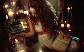 Картинка девушка, огни, настроение, волосы, сказка, свечи, фонарь, книга, рыжая, girl, model, сказочное
