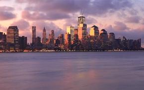 Обои небо, облака, закат, тучи, огни, река, розовый, здания, Нью-Йорк, небоскребы, вечер, подсветка, USA, США, мегаполис, ...