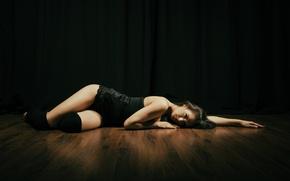 Обои полумрак, пол, ножки, девушка, лежит