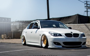 Картинка bmw, white, wheels, gold, jdm, tuning, front, face, germany, low, e60, stance