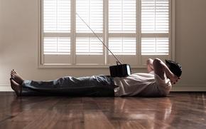 Обои мужчина, джинсы, окно, пол, майка, телевизор