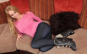 Картинка девушка, фото, диван, ноги, джинсы, сапоги, блондинка, свитер, Hayley Marie Coppin