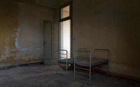 Картинка комната, дверь, кровати