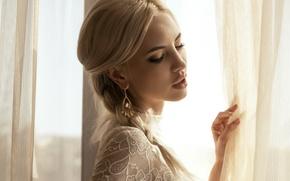 Картинка девушка, макияж, окно, блондинка, штора, серьга, маникюр