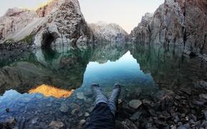 Картинка вода, горы, настроение, ноги, спокойствие, Озеро, туризм