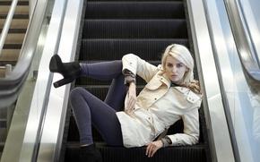 Обои эскалатор, девушка, взгляд, поза