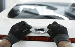Обои aston martin, one-77, логотип, перчатки