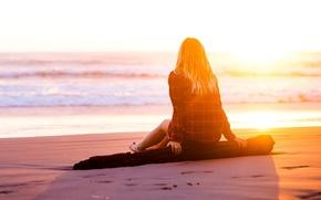 Картинка песок, пляж, лето, вода, девушка, солнце, задумчивость, следы, фон, дерево, отдых, widescreen, обои, настроения, мысли, …