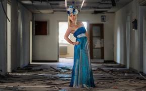 Картинка light, fashion, dress, model, abandoned, corridor