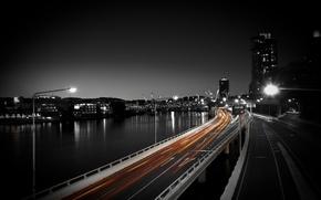 Обои дорога, авто, ночь, город, огни, фото, движение, обои, здания, скорость, фонари, водоем, wallpapers