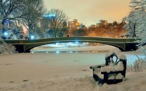 Обои зима, снег, деревья, скамейка, ночь, мост, огни, пруд, парк, дома, Нью-Йорк, США