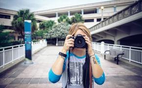 Картинка девушка, фотоаппарат, татуировки, фотографирует