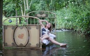 Картинка девушка, река, кровать, ситуация