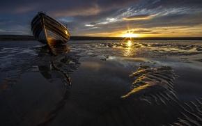 Обои море, мель, лодка, баркас, цепь, закат