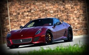 Картинка трава, стена, red, wall, ferrari, феррари, вид спереди, 599 GTO, тёмно красный, 599 ГТО