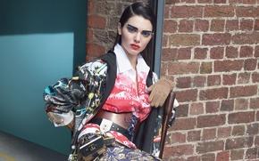 Картинка стена, модель, юбка, кирпич, макияж, брюнетка, куртка, прическа, наряд, пояс, блузка, перчатки, фотосессия, позирует, на ...