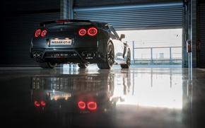 Картинка машина, свет, красный, отражение, Nissan, GT-R, задок, выхлопы, стоп-огни