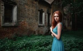 Картинка трава, девушка, голубое, листва, здание, портрет, платье, рыжая, красивая, русская, beauty, заброшенное, боке, решетки, Nadya, …