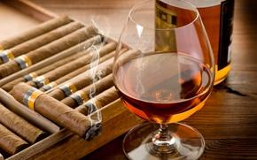 Картинка стол, бокал, бутылка, сигара, коньяк, дымок